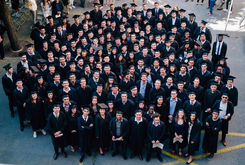 Photo de groupe des étudiants ingénieurs de Supméca diplômés en tenue universitaire en 2016