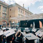 Photo des étudiants ingénieurs de Supméca assistant à un discours le jour de la remise des diplômes en 2016