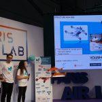 Photo de trois étudiants de Supméca expliquant la structure de Mini-Bee sur écran, projet sur l'aéronautique