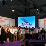 Photo de groupe des étudiants Supméca sur scène au salon du Bourget