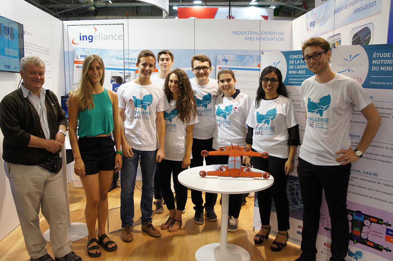 Photo de 8 étudiants de Supméca au salon du Bourget pour présenter leur projet sur l'aéronautique durant le Challenge NAE