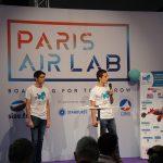 Photo de 2 étudiants de Supméca présentant sur scène leur projet sur l'aéronautique Mini-Bee