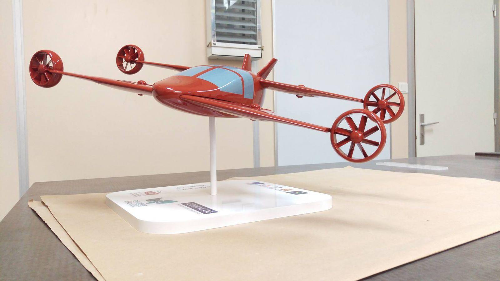Maquette de Mini-Bee rouge sur l'aéronautique