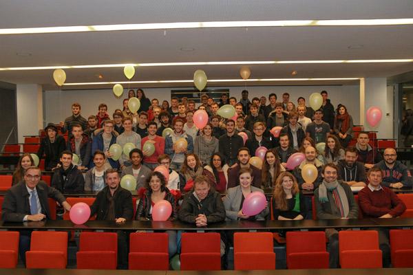 Personnels et étudiants de Supméca prennent la pose ensemble dans le grand amphithéâtre pour célébrer les 30 ans d'Erasmus.