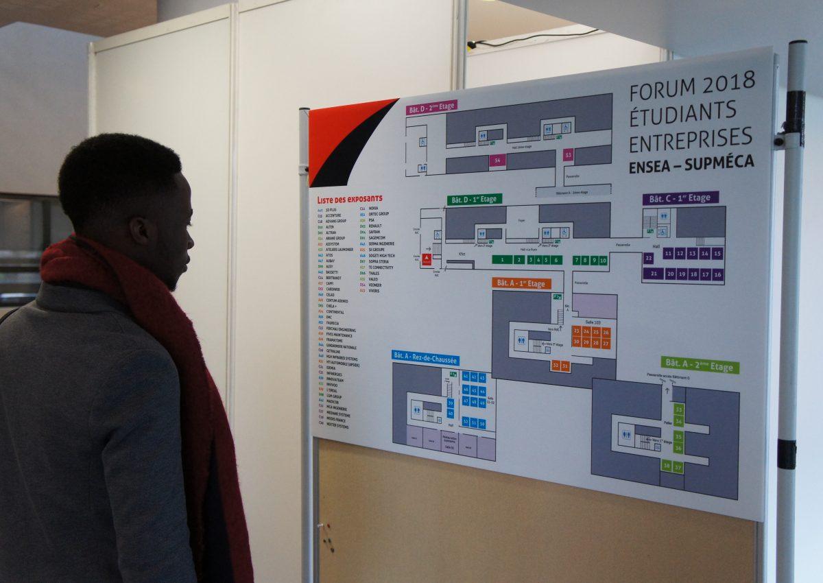 Un étudiant au Forum Écoles-Entreprises ENSEA-Supméca à Cergy-Pontoise