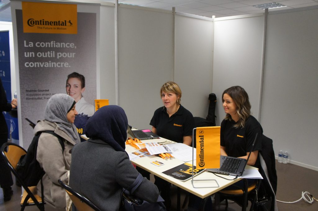 Des étudiantes rencontrent les contacts recrutement de Continental
