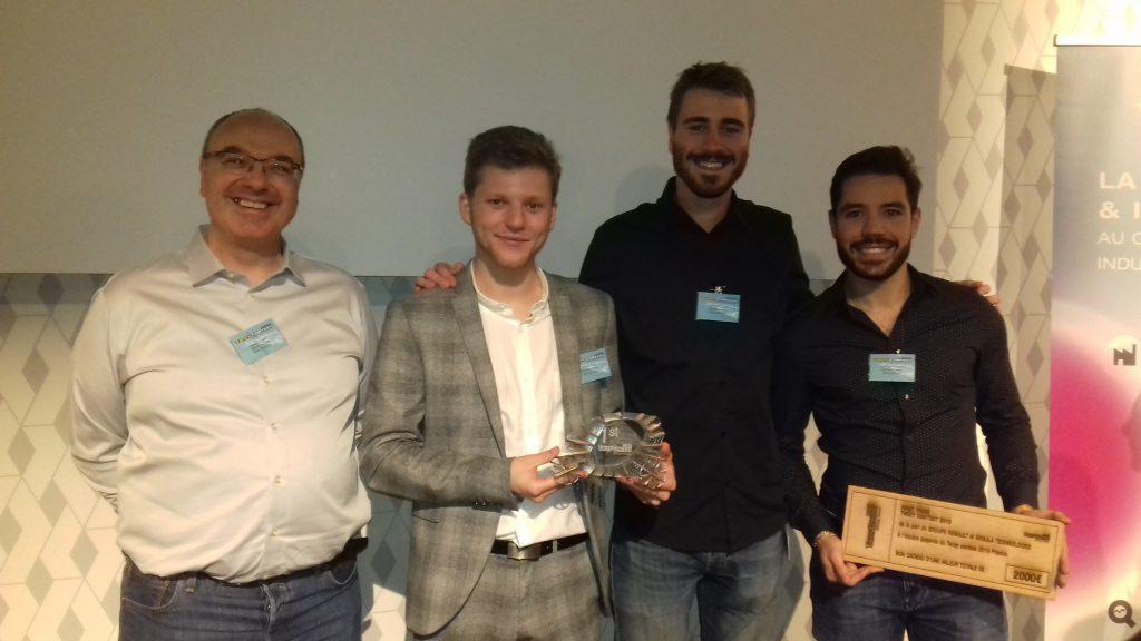 Étudiants supméca posant avec leur prix Twizy contest