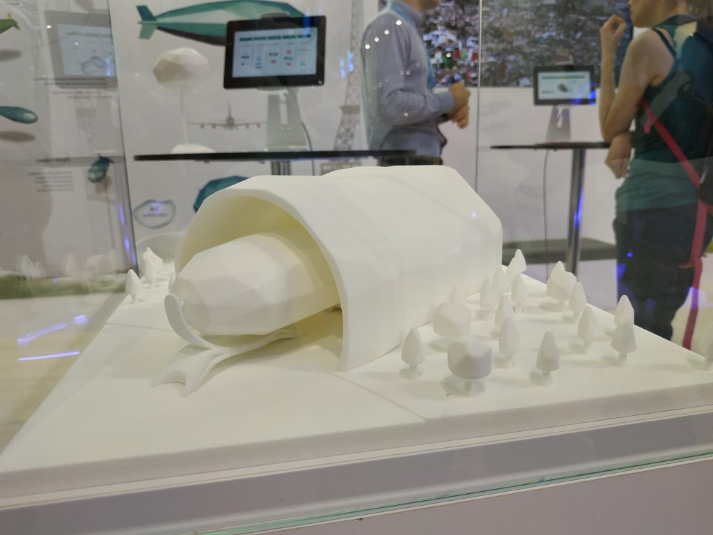 maquette d'un dirigeable Flying Whale dans son hangar, en foret