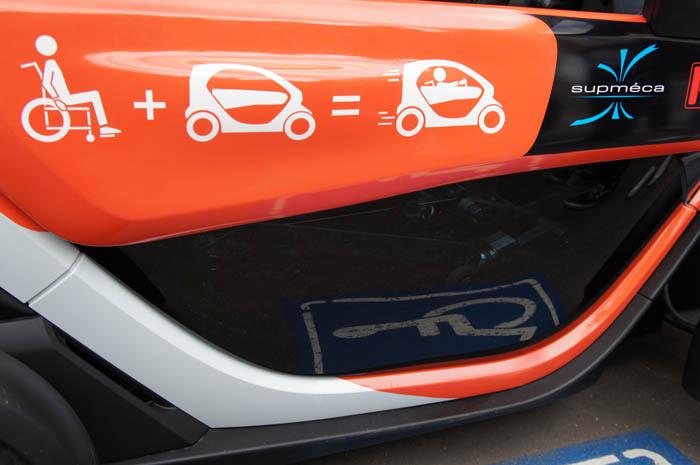 La portière du Suptwiy avec un marquage représentant le concept du projet de véhicule autonome pour personne à mobilité réduite