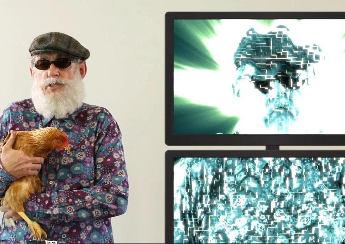 David Lowe avec une poule dans les bras, une fausse barbe et des lunettes d'aveugle explique le filtre de Kalman