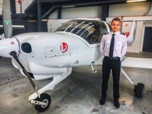 Un étudiant Supméca pose devant un petit avion