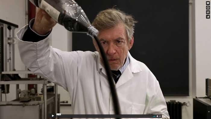 Un chercheur verse une substance granulaire noire