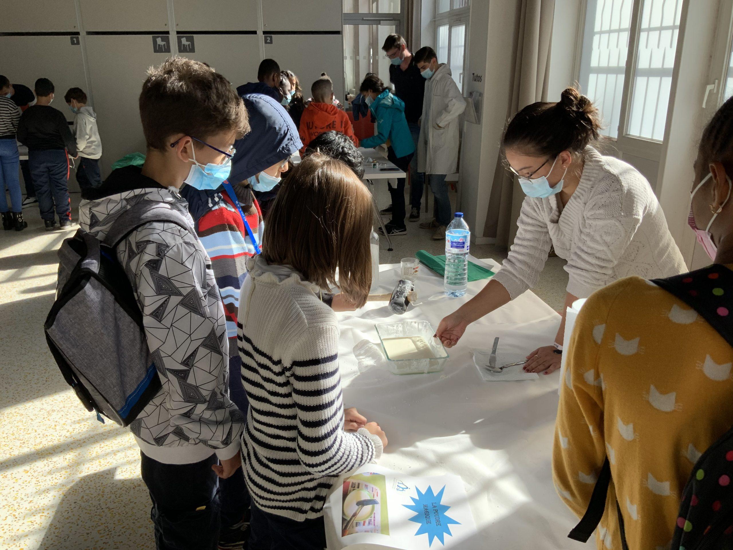 Atelier de chimie avec des enfants à l'occasion de la fête de la science