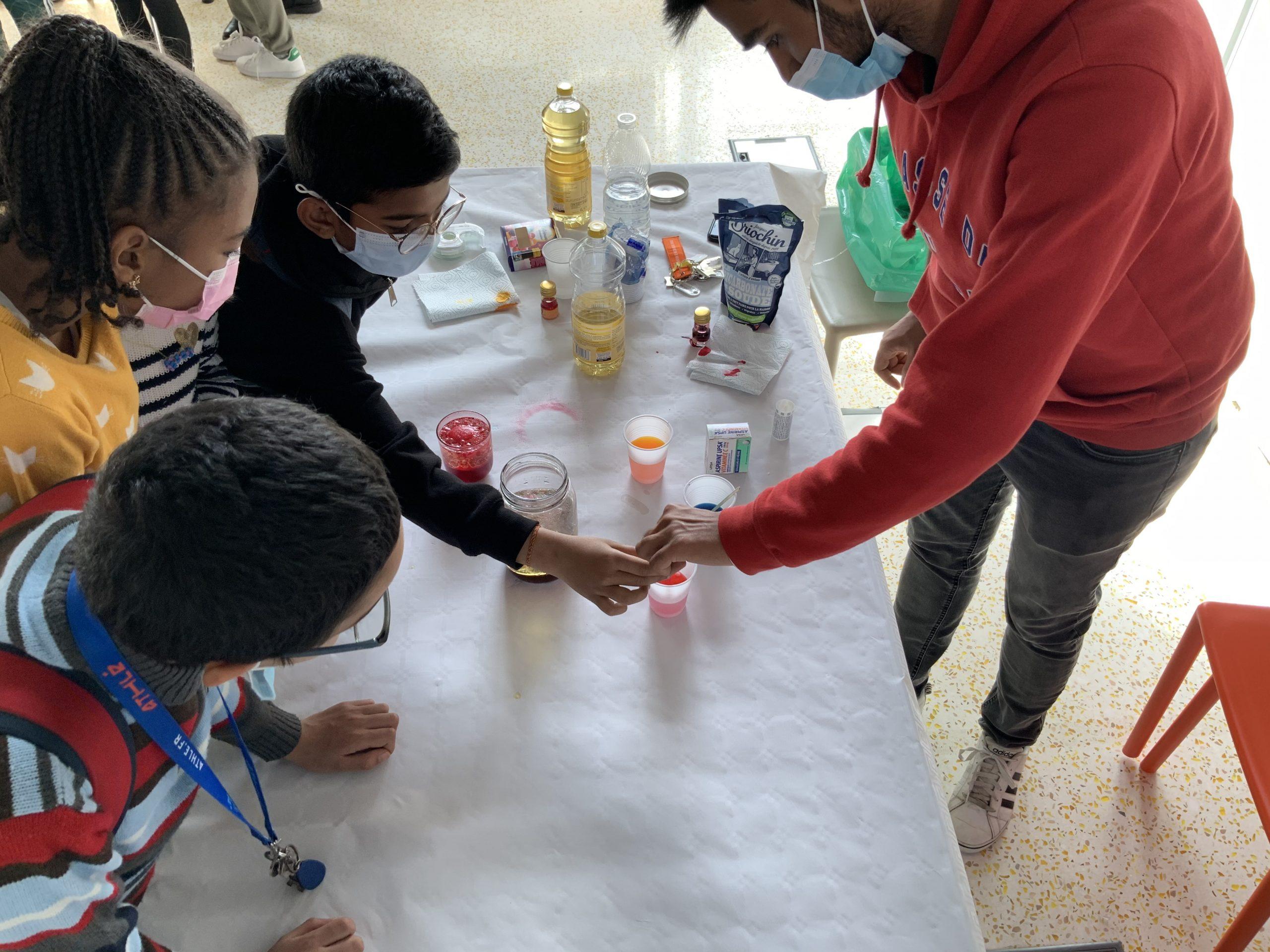 Atelier de chimie avec des enfants numéro 2 fête de la science